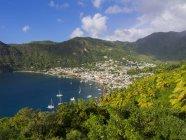 Caribe, Santa Lúcia, vista em Soufriere e colinas sobre a água — Fotografia de Stock