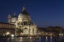 Італія, Венеція, Церква Санта-Марія делла Салюте освітлені вночі — стокове фото