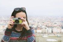 Ungheria, Budapest, donna che scatta una foto da Gellert Hill — Foto stock