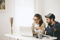 Jeune couple travaillant à la maison de bureau moderne — Photo de stock