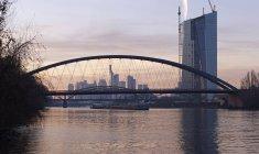 Deutschland, Hessen, Frankfurt, neue Osthafenbruecke mit EZB-Neubau bei Sonnenuntergang — Stockfoto