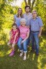 Porträt des drei-Generationen-Familie im Garten — Stockfoto