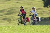 Два подростка на велосипедной экскурсии с треккинговыми велосипедами — стоковое фото
