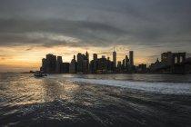 Vista panoramica da Brooklyn a Manhattan al tramonto, New York, Stati Uniti — Foto stock