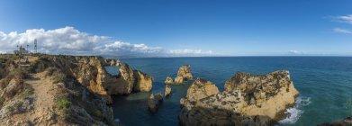 Vue panoramique sur la côte rocheuse — Photo de stock