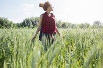 Mulher em pé em um campo — Fotografia de Stock