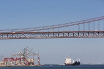 Portugal, Lisbonne, vue de 25 de Abril Bridge au port de la ville et le fleuve Tage — Photo de stock