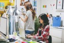 Два модельні жіночі блогерів, які працюють в офісі — стокове фото