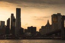 Vista panorámica de Brooklyn a Manhattan al atardecer, Nueva York, Estados Unidos - foto de stock