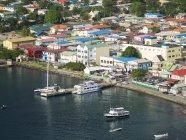 Caraibi, St. Lucia, vista su Soufrière e barche ormeggiate contro edifici — Foto stock
