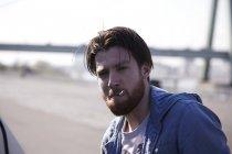 Портрет человека, курящего сигарету — стоковое фото