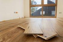 Quarto com acabados em carvalho revestimento dentro de casa — Fotografia de Stock