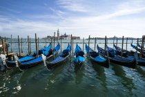 Италия, Венеция, Гондолы и церковь Сан-Джорджо-Маджоре — стоковое фото