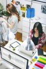 Zwei Modebloggerinnen, die im Büro arbeiten, erhöhter Blick — Stockfoto