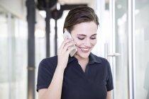Jovem mulher usando telefone inteligente — Fotografia de Stock