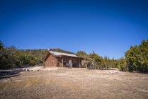 Casa di tronchi di Stati Uniti, Texas, il campo durante il giorno — Foto stock