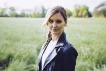 Portrait d'une jeune blonde sur une prairie — Photo de stock