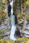 Canadá, Alberta, Montañas Rocosas, Parque Nacional Jasper, Vista al cañón Maligne y al río Maligne - foto de stock