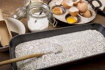 Closeup de bolo pan de massa para bolo de sementes de papoula na mesa de madeira — Fotografia de Stock