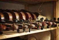 Violinos a serem reparados em uma oficina de violino — Fotografia de Stock