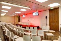 Auditorium vuoto e podio in un centro congressi — Foto stock