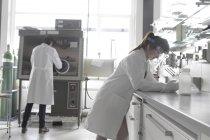 Deux étudiants de jeunes femelles chimie en laboratoire — Photo de stock
