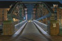 Germany, Hamburg, Kibbelsteg bridge in Speicherstadt at night — Stock Photo