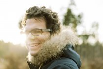Германия, Северный Рейн-Вестфалия, Бонн, человек во время зимней прогулки в Вальдуа на Venusberg — стоковое фото