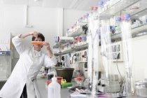 Scientifique travaillant en laboratoire biologique — Photo de stock