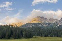 Vista panoramica sulle Alpi dolomitiche di giorno — Foto stock