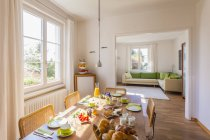 Tavolo per la colazione in casa vuota di cui — Foto stock