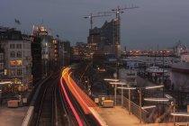 Deutschland, Hamburg, Schiffe auf Elbe und fahrenden Zug am Morgen — Stockfoto