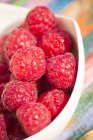 Primer plano de frambuesas frescas maduras en un tazón - foto de stock