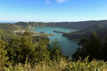 Portugal, Azores, Sao Miguel, Vista desde Caldeira das Sete Cidades hasta Lagoa Azul y Lagoa Verde - foto de stock