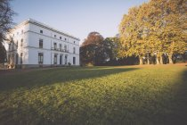 View of Jenisch House with trees in autumn park at daytime, Jenischpark, Hamburg, Germany — Stock Photo