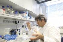 Scientifique en laboratoire évaluant des échantillons — Photo de stock