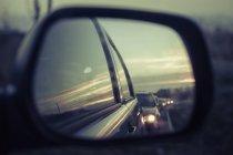 Deutschland, Mecklenburg-Vorpommern, Rügen, Reflexion des Autos im Außenspiegel — Stockfoto