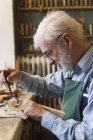 Скрипка maker на роботі по дереву дерев'яні скрипки докладно — стокове фото