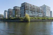 Deutschland, berlin, blick auf moderne mehrfamilienhäuser und bürogebäude an der spree — Stockfoto