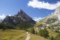 Італія, Венето, туристів, на Falzarego перевал, де смужки Sass і гори Тофане — стокове фото