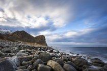 Scandinavia, Norvegia, Lofoten, rocce e onde sulla costa di Unstad — Foto stock