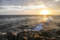 Indonésie, Lombok, Coucher de soleil sur la plage de Senggigi — Photo de stock