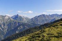 Autriche, Vorarlberg, vue de Lechquellengebirge Schafberg et Klostertal vallée et les collines sur fond — Photo de stock