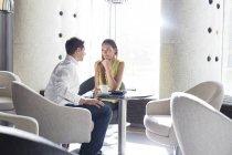 Молодая пара, флирта в холле отеля — стоковое фото