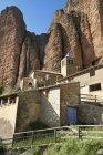 Іспанія, Арагон, Mallos де Riglos, Riglos, Церква і будинків — стокове фото
