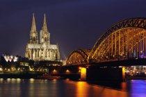 Germania, Renania Settentrionale-Vestfalia, Colonia, veduta notturna del ponte Hohenzollern e della cattedrale di Colonia — Foto stock