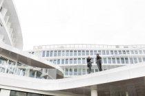 Двоє бізнесменів під обговорення на сучасній будівлі — стокове фото