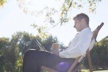 Homme d'affaires prendre une pause, lecture de journaux — Photo de stock