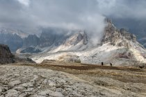 Italia, Veneto, Dolomitas, Lagazuoi cumbre durante el día - foto de stock