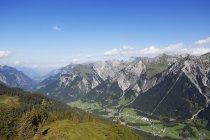 Німеччина, Форарльберг, Клостерталь долини, Lechquellengebirge з Gamsbodenspitze, лісу в регіоні Арльберг гори — стокове фото